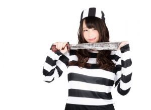 囚人仮装した女性(ハロウィン)