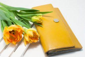 黄色い長財布とチューリップ