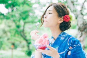 かき氷を食べる浴衣姿の女性