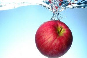 水の中のリンゴ(りんご)