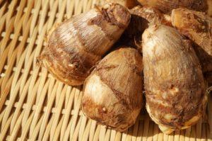 ザルの上の里芋(サトイモ)