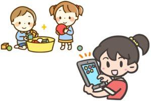積み木で遊ぶ男女とタブレット端末を操作する女の子