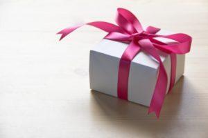 プレゼント(白い箱にピンクのリボンのラッピング)
