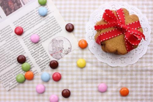 クッキーとカラフルなマーブルチョコ