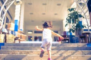 雑貨屋さんの階段を駆け上がる子供