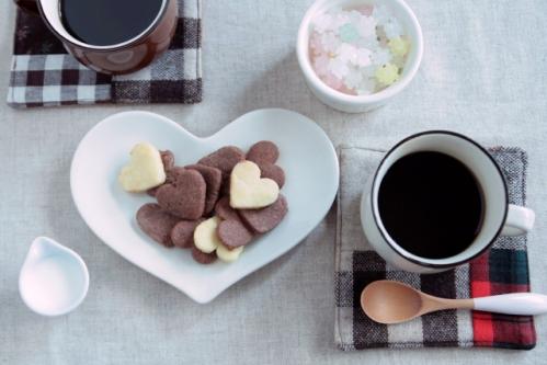 ハート型のクッキーとコーヒー