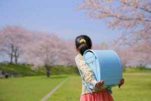 ランドセルを背負った女の子(入学式・入学祝い)