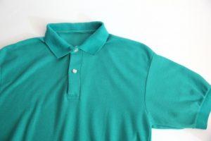 緑色のポロシャツ
