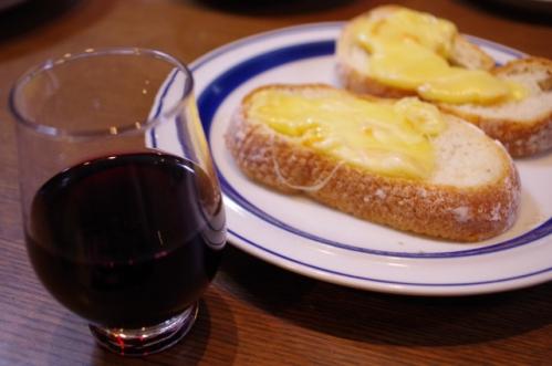 赤ワインとチーズののったバゲット