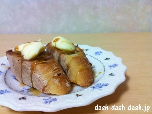 無塩バターとメイプルシロップをのせたバゲット(フランスパン)