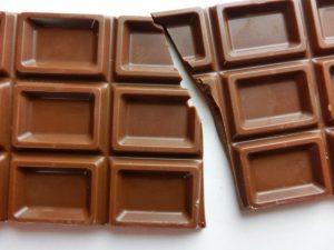 割れた板チョコレート