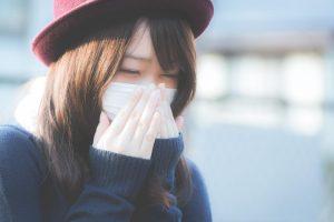 マスクをした女性(風邪)