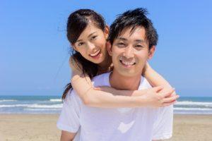 Tシャツを着た海辺の仲良しカップル