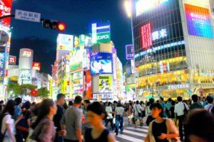 夜の渋谷駅前スクランブル交差点