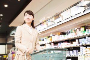 スーパーマーケットで買い物する女性(共働き)