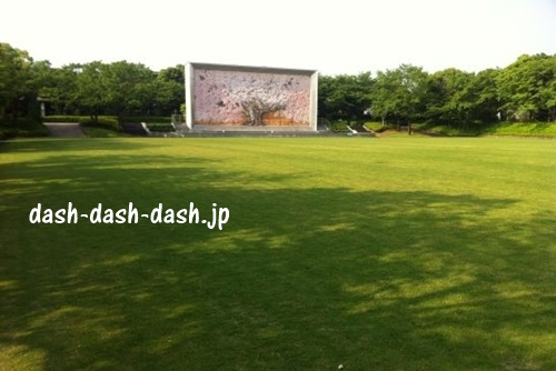 岐阜メモリアルセンター内の芝生広場(長良川花火大会の定番観覧場所)