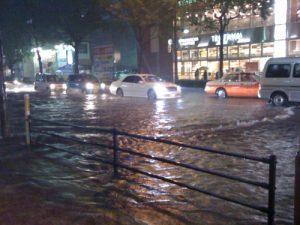 ゲリラ豪雨(集中豪雨)で冠水した道路