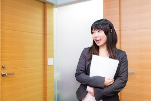 オフィスで挨拶をする女性社員