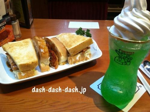 コメダ珈琲店のあみ焼きチキンホットサンドとクリームソーダ