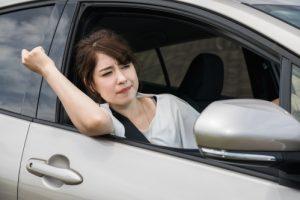 渋滞でイライラする女性ドライバー