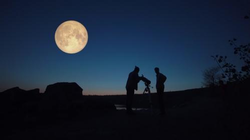 天体望遠鏡と満月