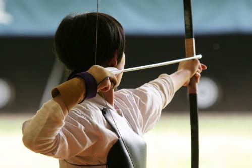 弓道(弓を射る女性)