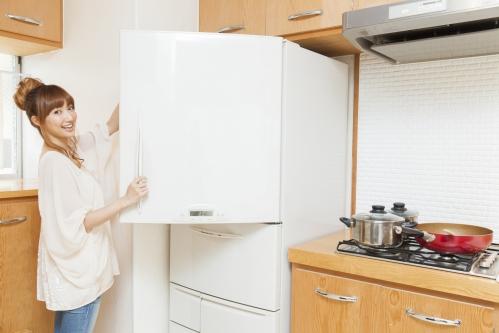 冷蔵庫を開ける若い女性