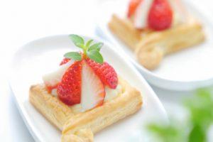 ミントと苺がのったミニケーキ(パイ)