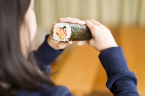 恵方巻きを食べる女性