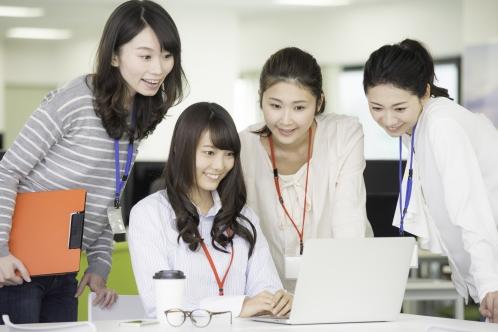 オフィスで働くたくさんの女性(OL・4人以上)