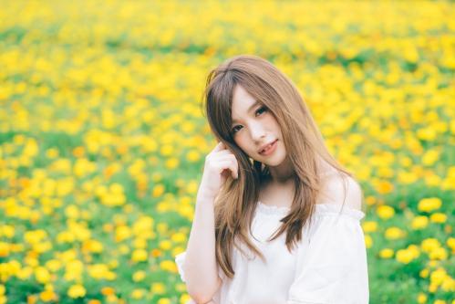 花畑にいる若い女性