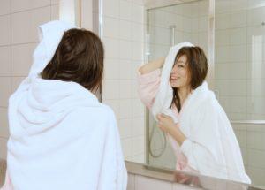 お風呂上がりに髪を乾かす若い女性