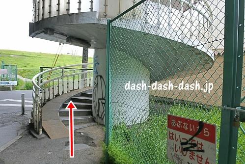 新淀川大橋の階段(大阪駅側)