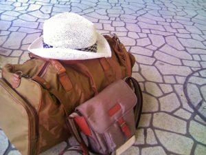 旅行鞄(カバン)とバッグと帽子