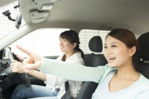友達とドライブする笑顔の女性02