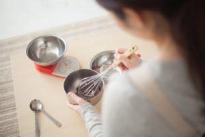 お菓子作り(チョコレート)をする女性の後ろ姿