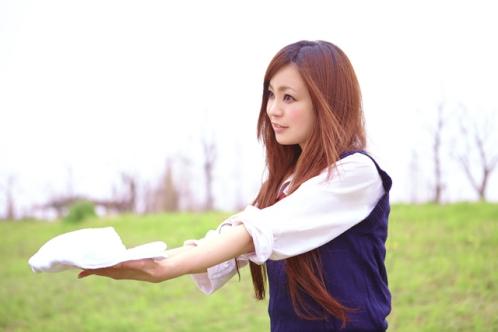 タオルを渡す女子高生マネージャー