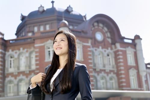 笑顔のビジネスウーマン@東京駅