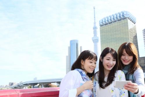 東京観光を楽しむ女性3人組