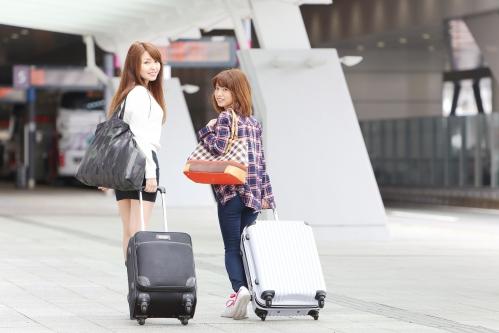 女子旅をする2人組の女性