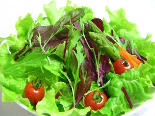 節分の献立(メニュー)の副菜「サラダ(トマトを梅の花の形に飾り切り)」