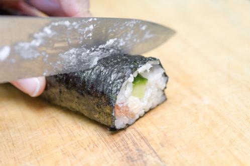 巻き寿司を包丁で切る
