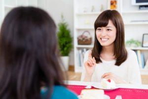 ショートケーキを食べながらおしゃべりをする女性(女子会)