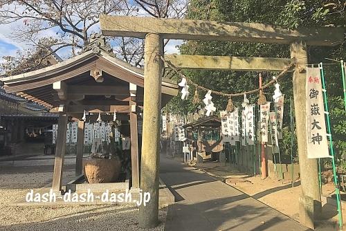 岩崎御嶽社の鳥居と手水舎