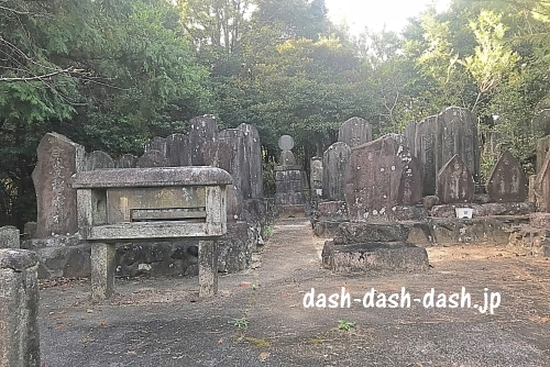 岩崎御嶽社近くの石碑
