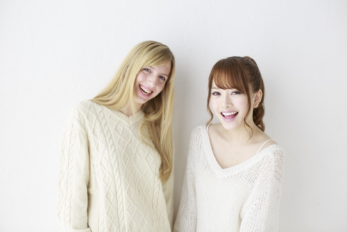 笑顔の外国人女性と日本人女性