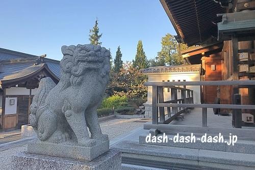 拝殿横の狛犬(景行天皇社)