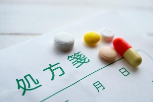処方薬(処方箋と錠剤)
