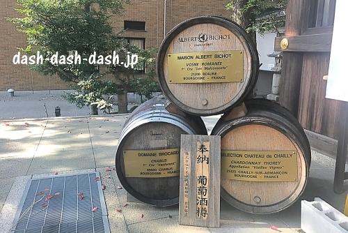 本殿横の葡萄酒樽(若宮八幡社)