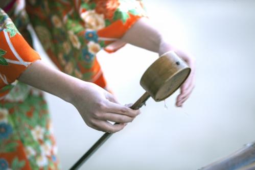 手水舎で心と体を清める和装の女性